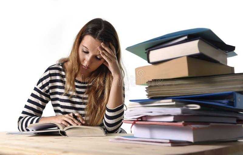 Młoda studencka dziewczyna koncentrował studiowanie dla egzaminu przy szkoły wyższa biblioteki edukaci pojęciem obrazy royalty free