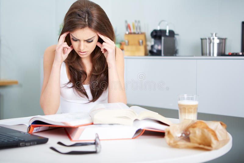 Młoda studencka kobieta z udziałami książek studiować fotografia stock