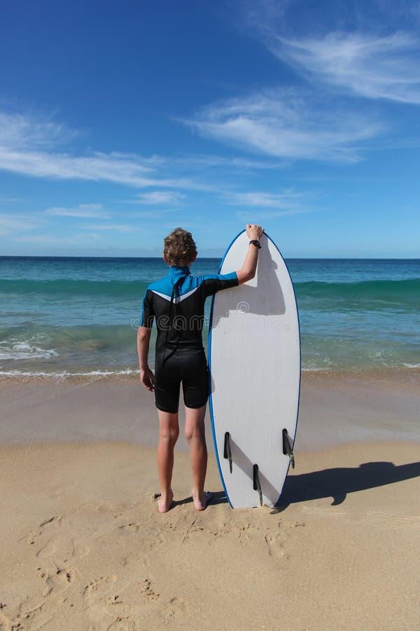 Młoda surfingowiec chłopiec fotografia royalty free