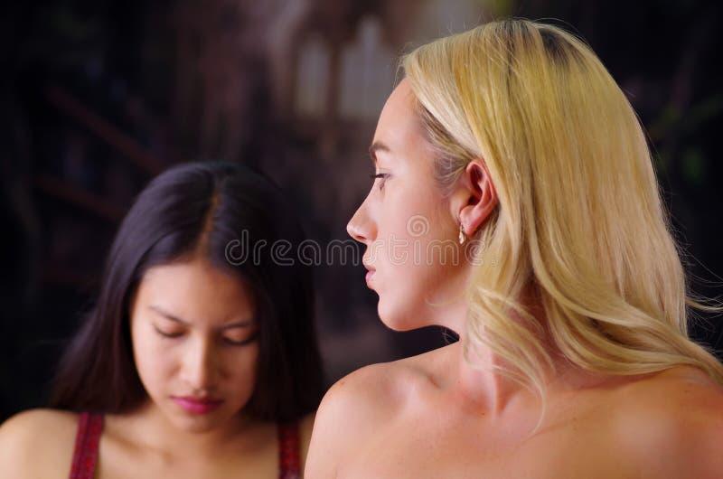 Młoda szalenie amerykańska blondynki kobieta, patrzeje gniewny kobieta, rasizm, przemoc lub dyskryminaci pojęcie w a cudzoziemscy fotografia stock