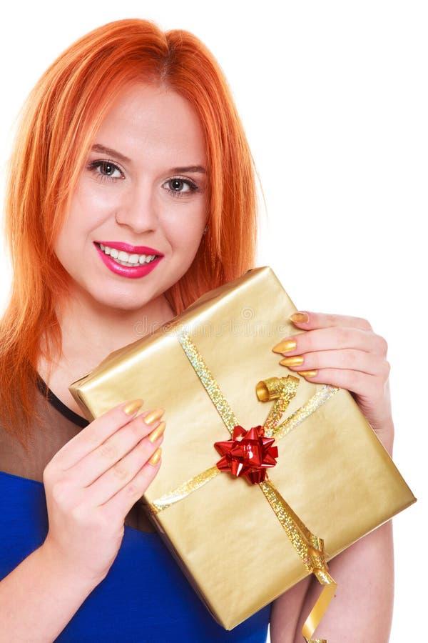 Młoda szczęśliwa czerwona z włosami kobieta z prezenta pudełkiem odizolowywającym obraz royalty free