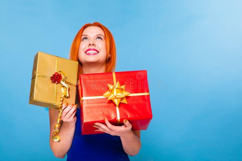 Młoda szczęśliwa czerwona z włosami kobieta z prezenta pudełkiem odizolowywającym zdjęcie royalty free