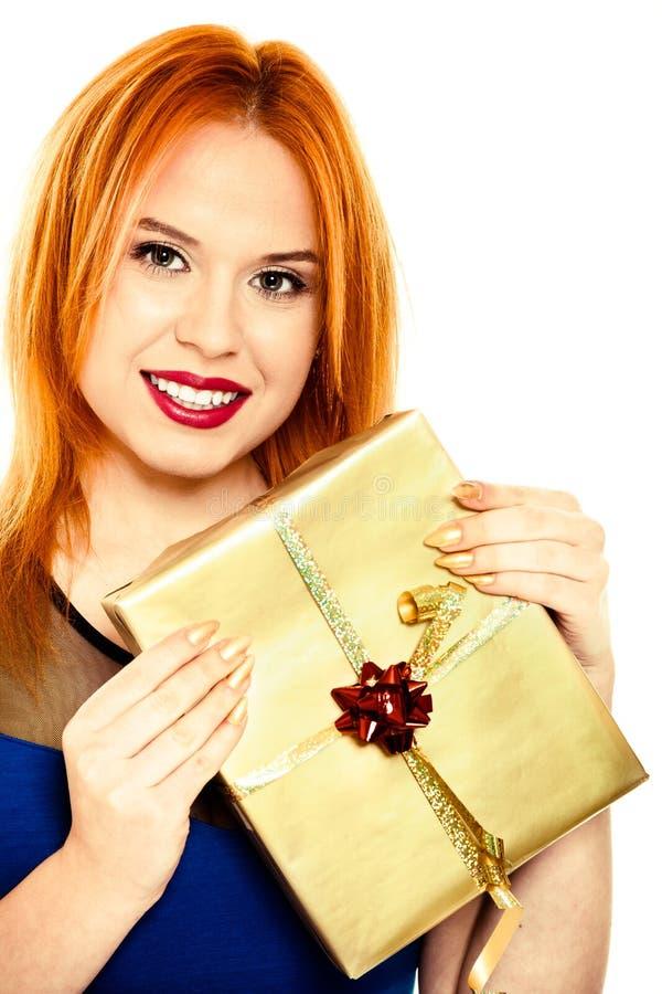 Młoda szczęśliwa czerwona z włosami kobieta z prezenta pudełkiem odizolowywającym zdjęcia stock