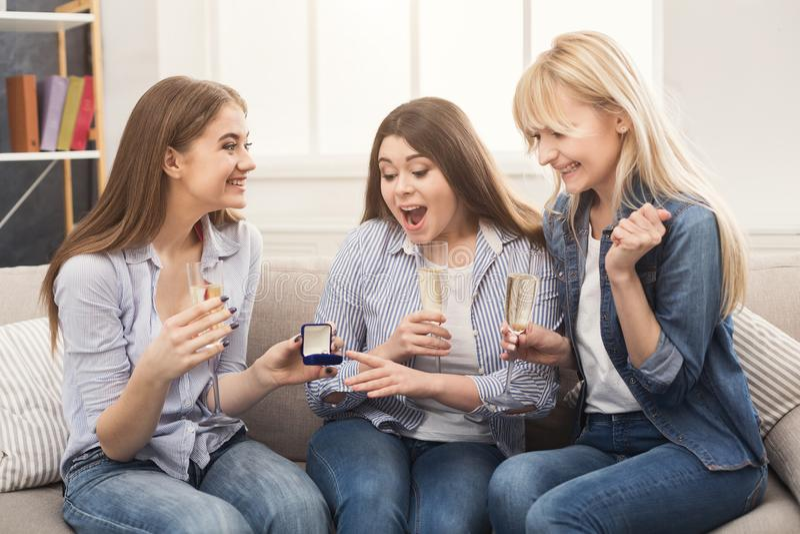 Młoda szczęśliwa dziewczyna pokazuje jej propozycja pierścionek zdziwione dziewczyny obrazy royalty free