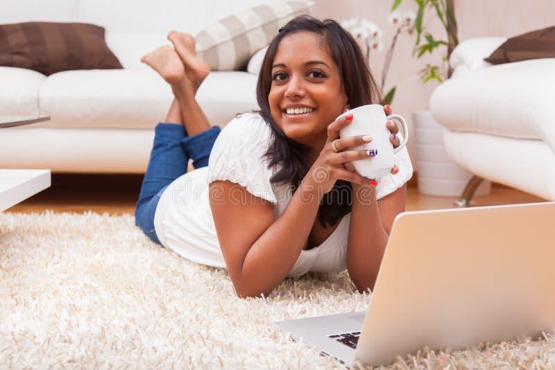 Młoda szczęśliwa indyjska kobieta używa laptop zdjęcia stock
