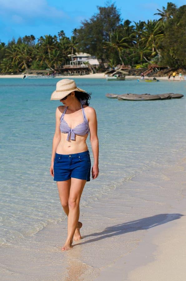Młoda Szczęśliwa kobieta na wakacje w Pacyficznej wyspie fotografia stock