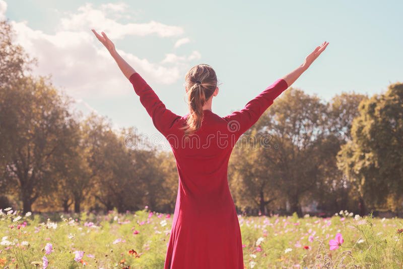 Młoda szczęśliwa kobieta w łące fotografia royalty free
