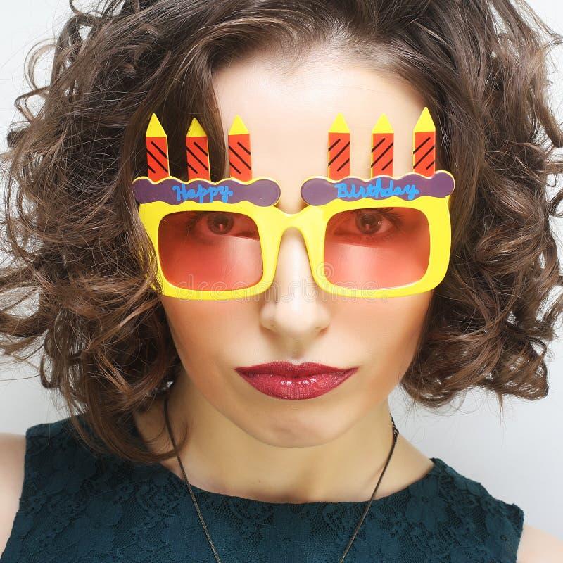 Młoda szczęśliwa kobieta z dużymi pomarańczowymi okularami przeciwsłonecznymi zdjęcia royalty free