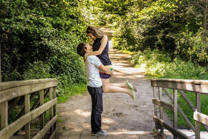 Młoda szczęśliwa kochająca para cieszy się moment szczęście w lesie obrazy stock