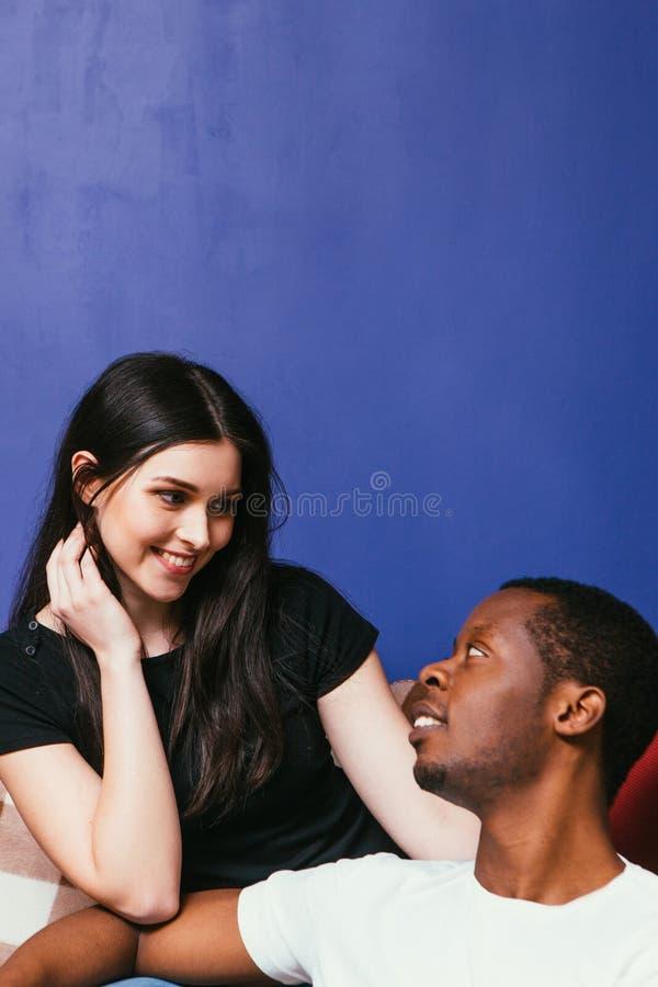 Młoda szczęśliwa para murzyn i biała kobieta zdjęcie royalty free