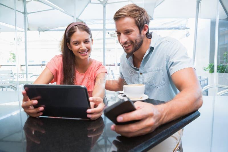 Młoda szczęśliwa para patrzeje laptop obraz stock