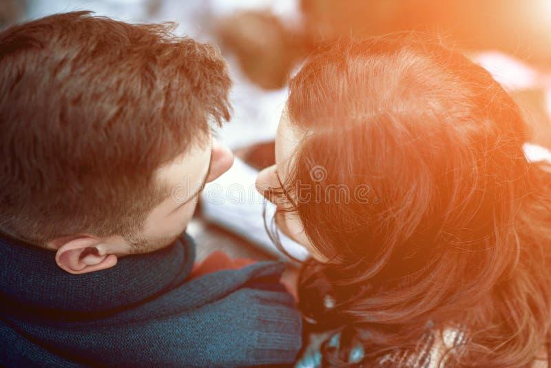Młoda szczęśliwa para plenerowa na kamieniach obrazy royalty free