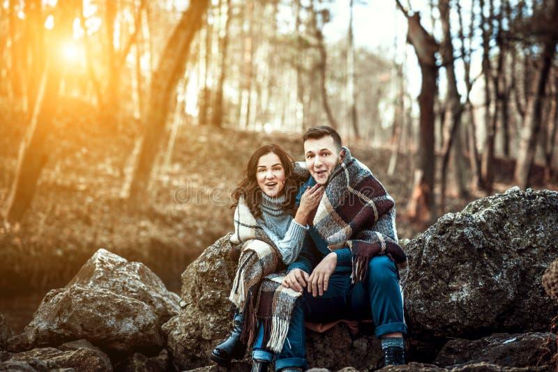 Młoda szczęśliwa para plenerowa na kamieniach obraz stock