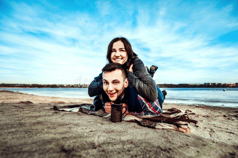 Młoda szczęśliwa para plenerowa na plaży obraz stock