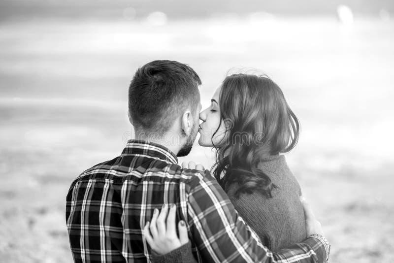 Młoda szczęśliwa para plenerowa na plaży zdjęcia royalty free