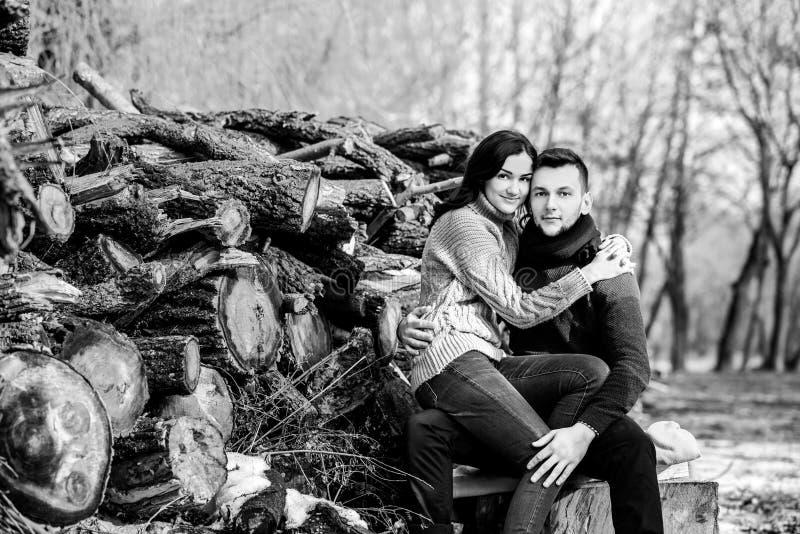 Młoda szczęśliwa para plenerowa w parku zdjęcia stock