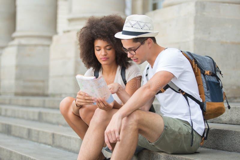 Młoda szczęśliwa para podróżuje z mapami zdjęcia stock