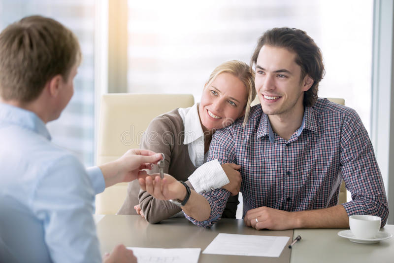 Młoda szczęśliwa para w miłości dostaje klucz zdjęcie royalty free