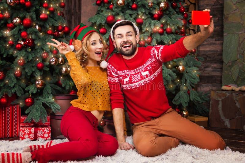 Młoda szczęśliwa para w miłości podczas Wesoło bożych narodzeń i Szczęśliwych nowy rok wakacji zdjęcia royalty free
