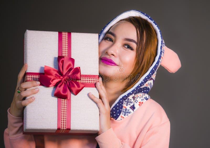 Młoda szczęśliwa, piękna dziewczyna uśmiecha się ch w ciepłym pudełku z faborkiem w ona i ręki zdjęcie royalty free