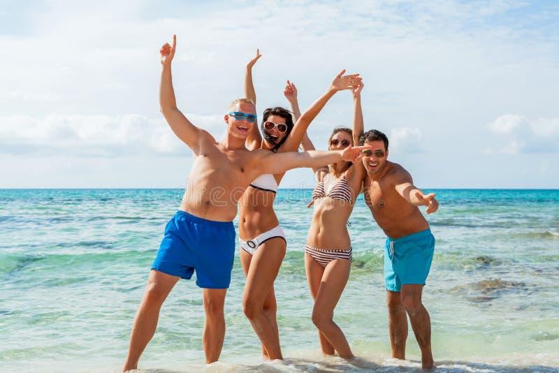 Młoda szczęśliwa przyjaciela havin zabawa na plaży zdjęcie stock