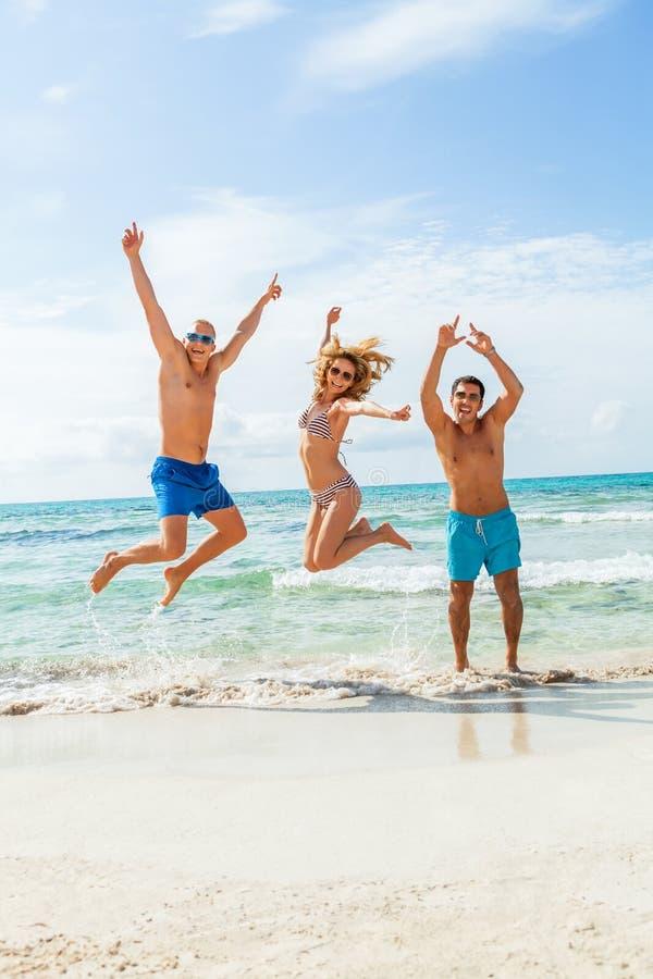 Młoda szczęśliwa przyjaciela havin zabawa na plaży obraz royalty free
