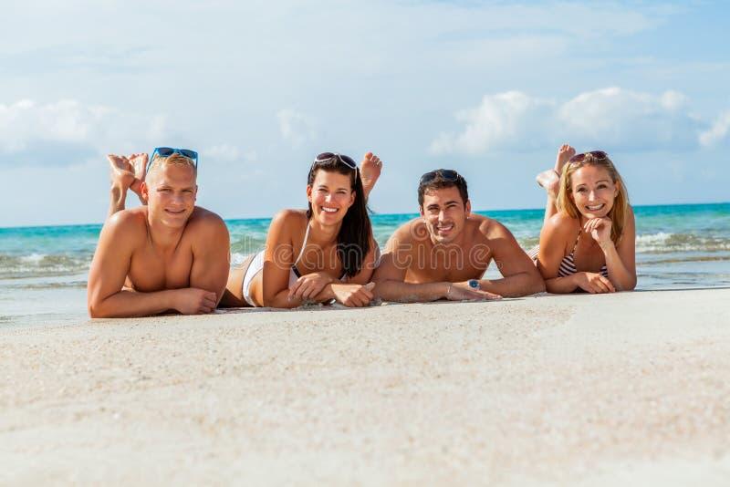 Młoda szczęśliwa przyjaciela havin zabawa na plaży obrazy royalty free