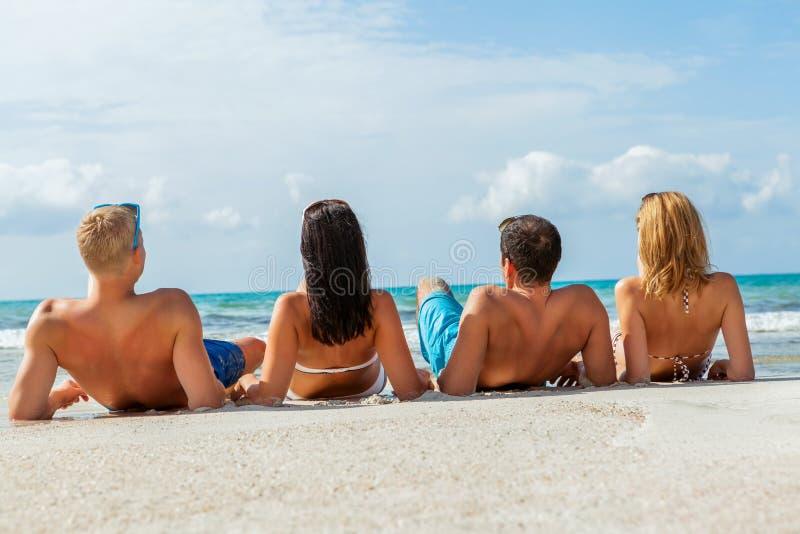 Młoda szczęśliwa przyjaciela havin zabawa na plaży obraz stock