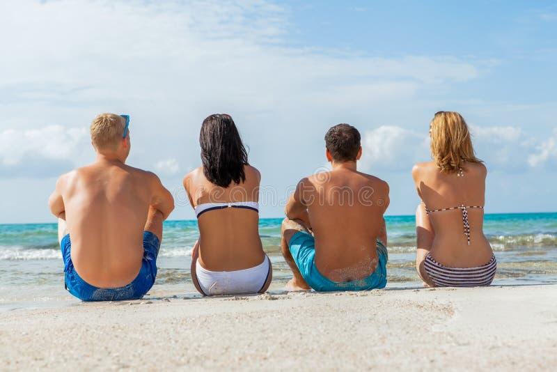 Młoda szczęśliwa przyjaciela havin zabawa na plaży zdjęcia royalty free