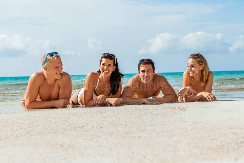 Młoda szczęśliwa przyjaciela havin zabawa na plaży fotografia stock