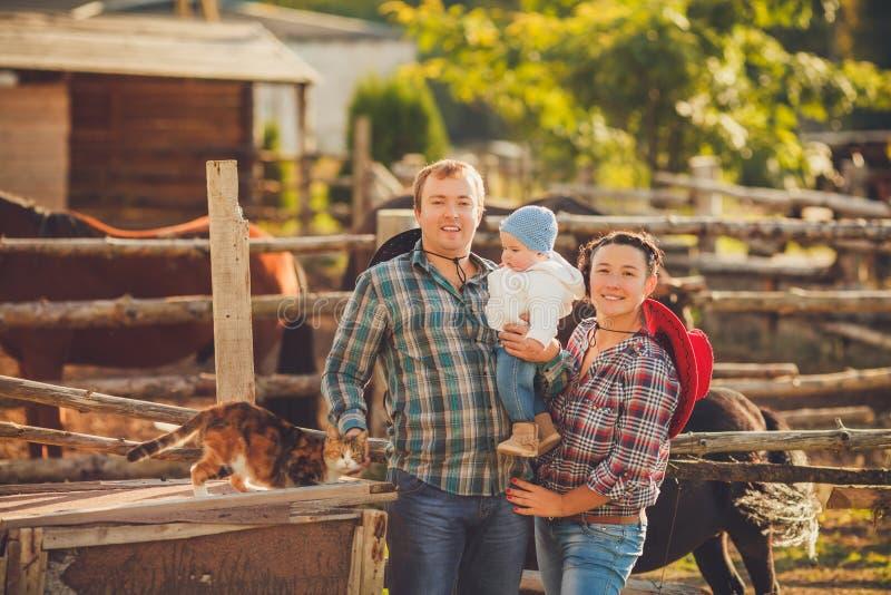 Młoda szczęśliwa rodzina ma zabawę przy wsią fotografia stock