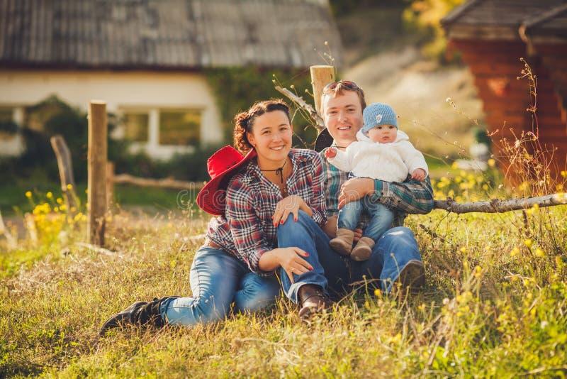 Młoda szczęśliwa rodzina ma zabawę przy wsią zdjęcie royalty free