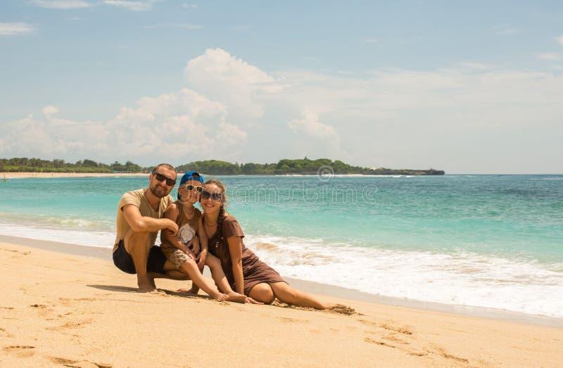 Młoda szczęśliwa rodzina na tropikalnej plaży zdjęcie stock