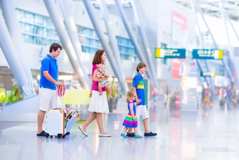 Młoda szczęśliwa rodzina przy lotniskiem zdjęcie stock
