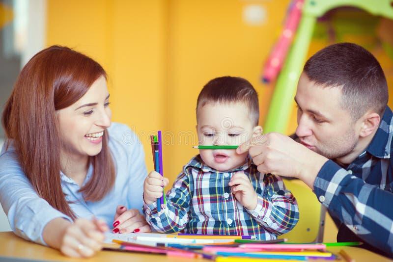 Młoda szczęśliwa rodzina z berbeć chłopiec bawić się wpólnie w domu zdjęcie stock