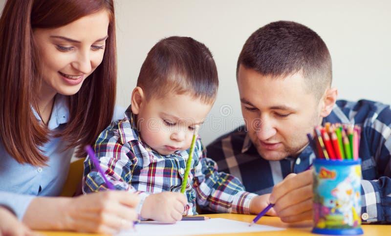 Młoda szczęśliwa rodzina z berbeć chłopiec bawić się wpólnie w domu obrazy stock