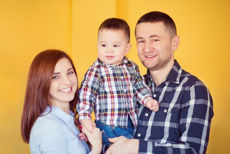Młoda szczęśliwa rodzina z toggler chłopiec bawić się wpólnie w domu fotografia royalty free