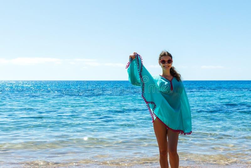 Młoda szczęśliwa szczupła piękna kobieta na plaży, tanu, figlarnie, bieg i mieć zabawa w wakacje, zdjęcie stock