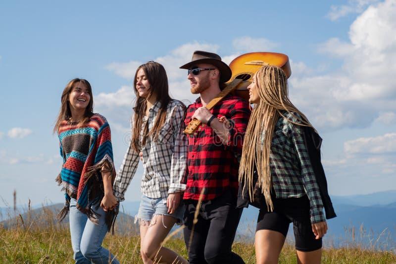 Młoda szczęśliwa turystka na górze, ciesząca się Szczęśliwi młodzi przyjaciele lubią miły dzień w naturze Grupa Przyjaciół Obozu  zdjęcie stock