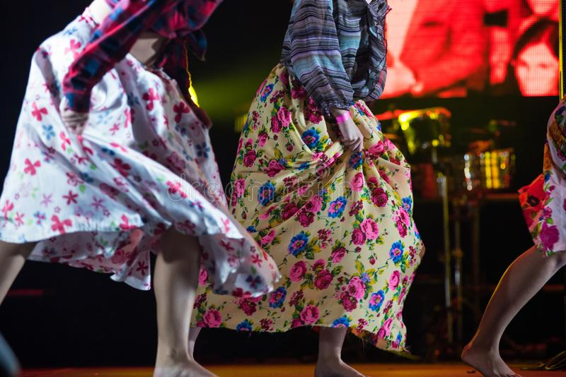 Młoda tancerz kobieta bosa w gypsy sukni tanu na scenie fotografia stock