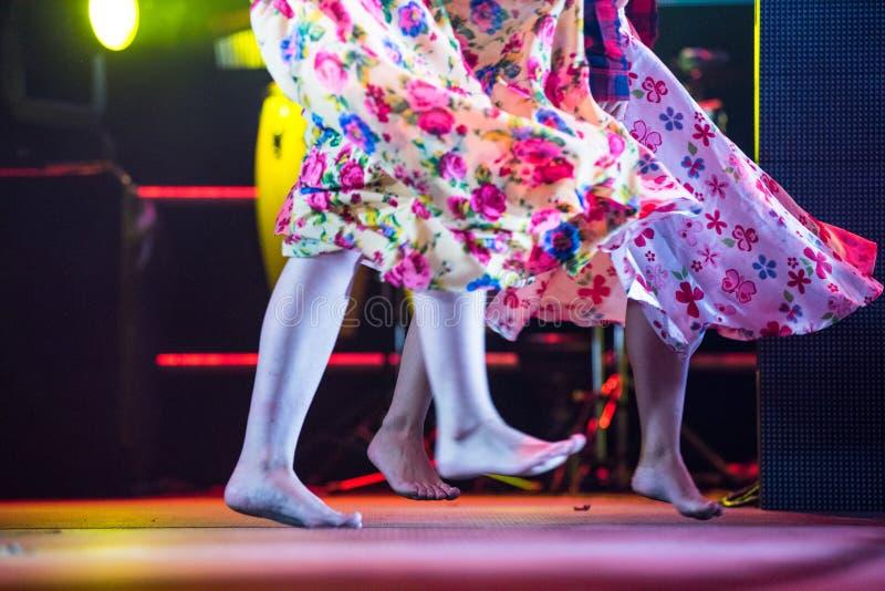Młoda tancerz kobieta bosa w gypsy sukni tanu na scenie obrazy stock