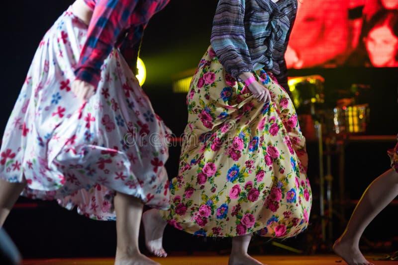 Młoda tancerz kobieta bosa w gypsy sukni tanu na scenie fotografia royalty free