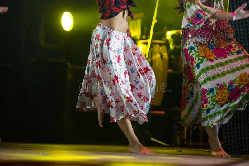 Młoda tancerz kobieta bosa w gypsy sukni tanu na scenie obrazy royalty free