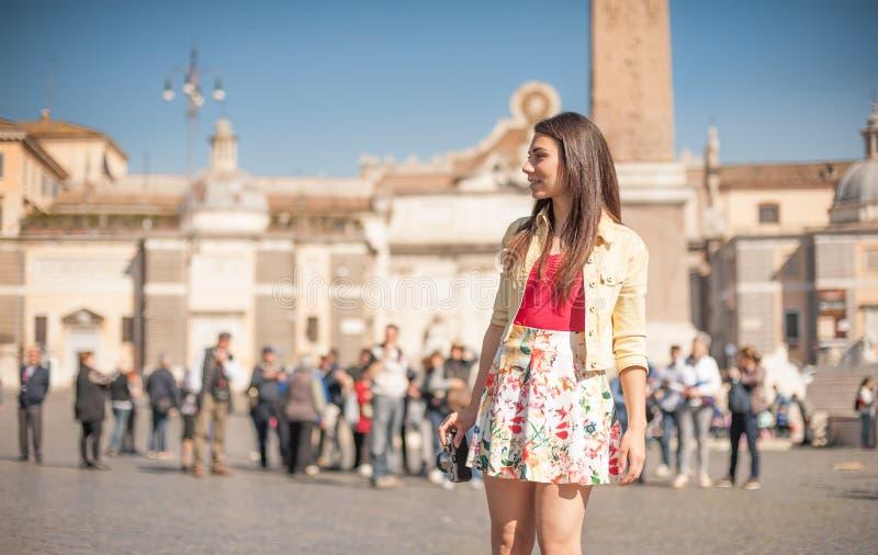 Młoda turystyczna kobieta ono uśmiecha się w Rzym patrzejący miejsce fotografia stock