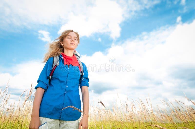 Młoda turystyczna kobieta target1636_0_ w lato polu. zdjęcia stock