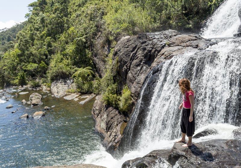 Młoda turystyczna kobiety pozycja na krawędzi piekarzów spadków w parku narodowym zdjęcia royalty free