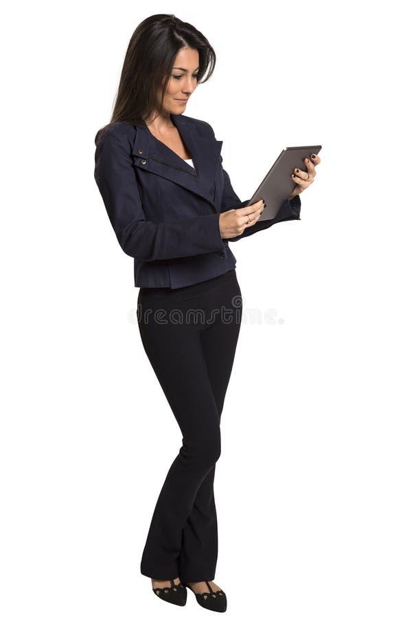 Młoda uśmiechnięta biznesowa kobieta z pastylka komputerem zdjęcie stock