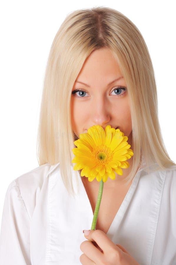 Młoda uśmiechnięta blondynka w białej koszula zdjęcie stock