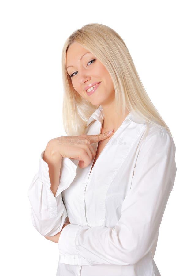 Młoda uśmiechnięta blondynka w bielu fotografia stock