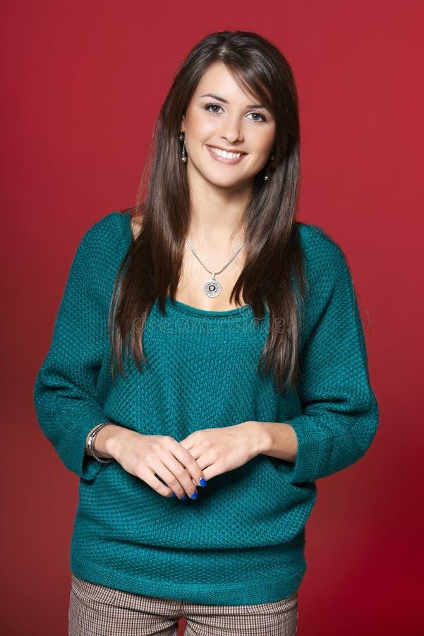 Młoda uśmiechnięta brunetki kobieta w ciepłym odziewa fotografia stock